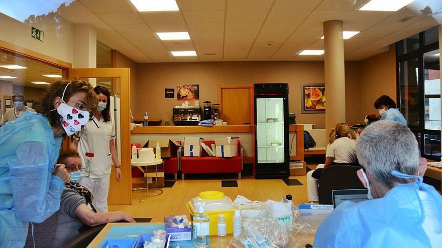 Vacunados 130 residentes y 83 trabajadores del geriátrico DomusVi de Aldán