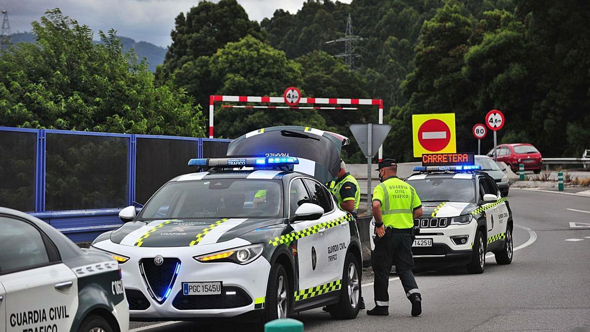 Patrullas de la Guardia Civil de Tráfico durante un control en carretera. |   // RAFA VÁZQUEZ