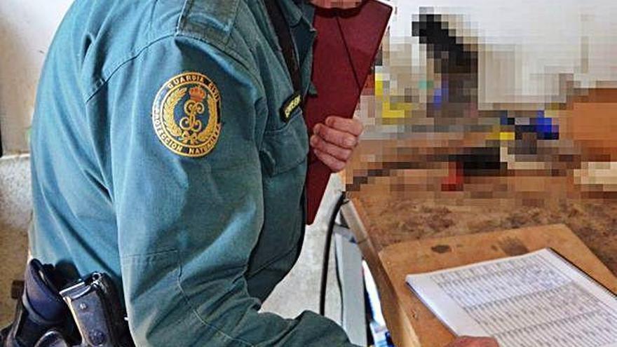 Un agente de la Guardia Civil revisa documentación.