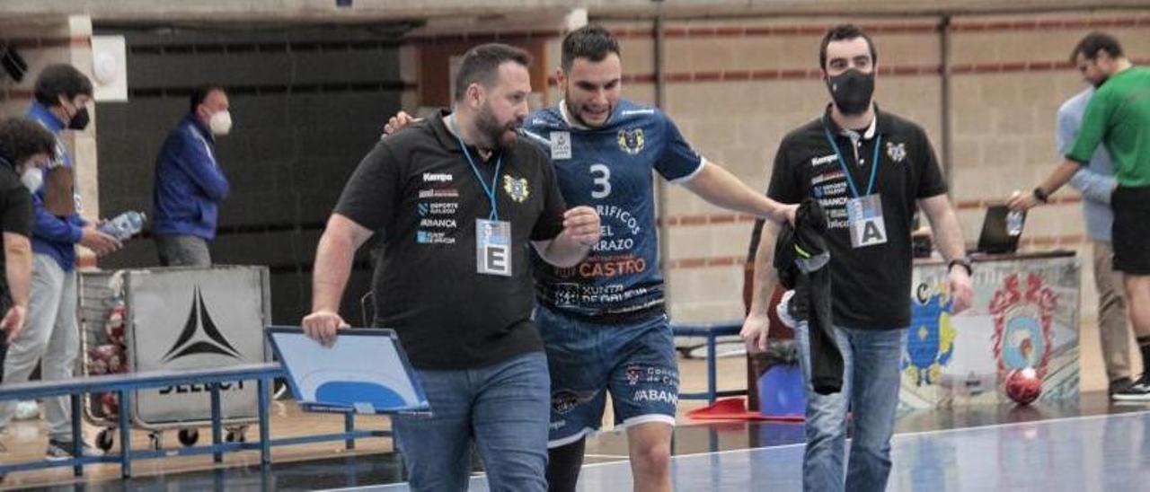 Nacho Moyano habla con Moisés Simes con Dani Malvido al fondo. |  // SANTOS ÁLVAREZ
