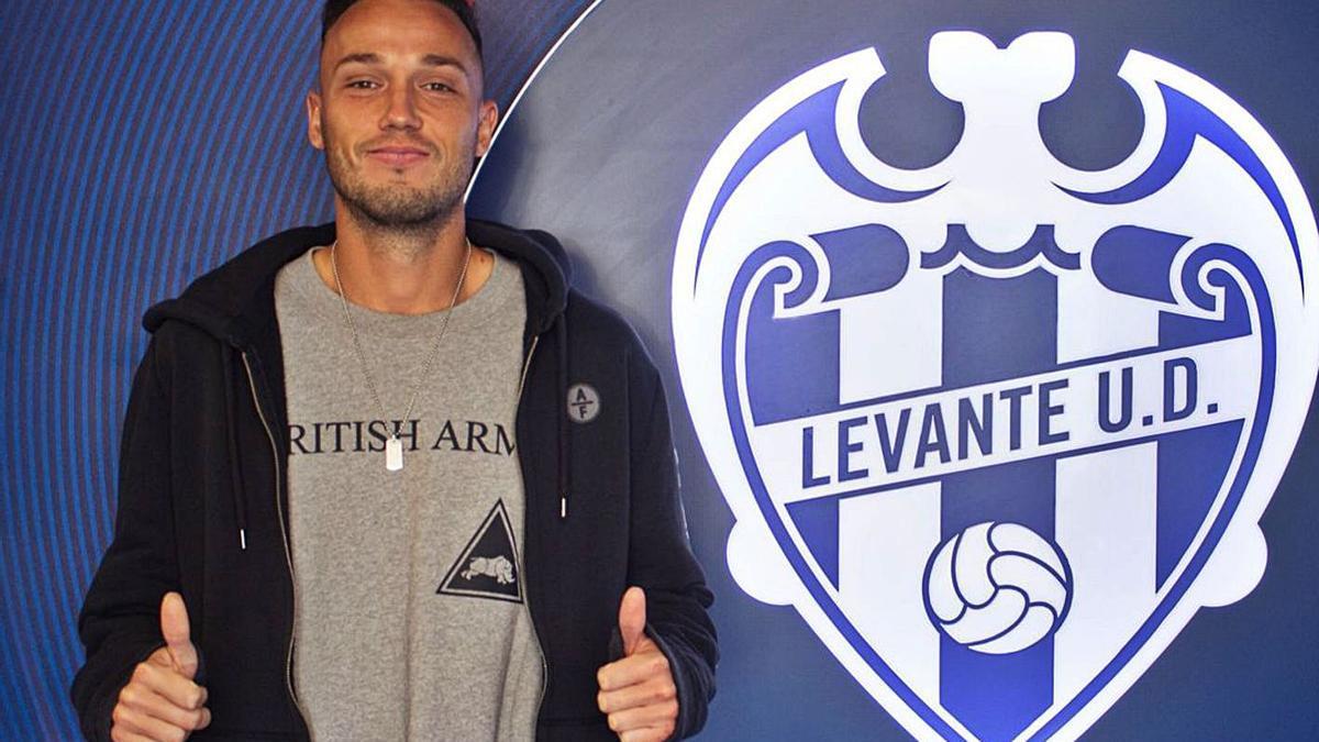 El central Pablo Íñiguez posa ayer ante el escudo del Levante, en cuyo filial jugará la segunda vuelta.