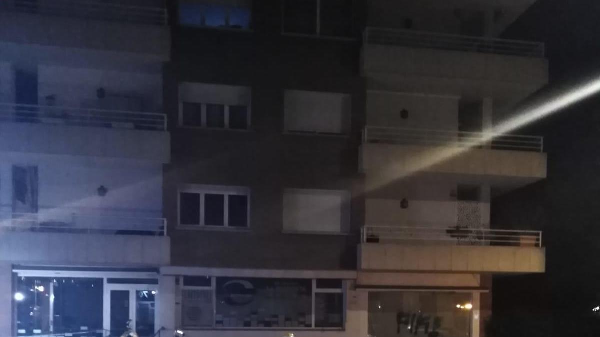 Els Bombers durant el servei en un aparcament de Figueres