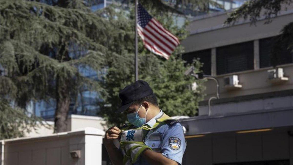 El consulado de EEUU en Chengdu arría la bandera americana