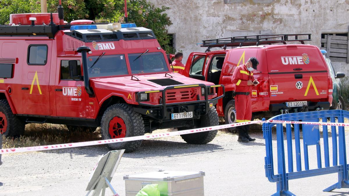 Pla obert on es veuen dos vehicles de l'UME al centre de comandament de bombers a Santa Coloma de Queralt, el 25 de juliol de 2021. (Horitzontal)