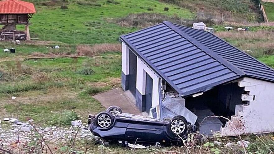 Pierde el control de su coche y se empotra contra una caseta de aperos en Candás