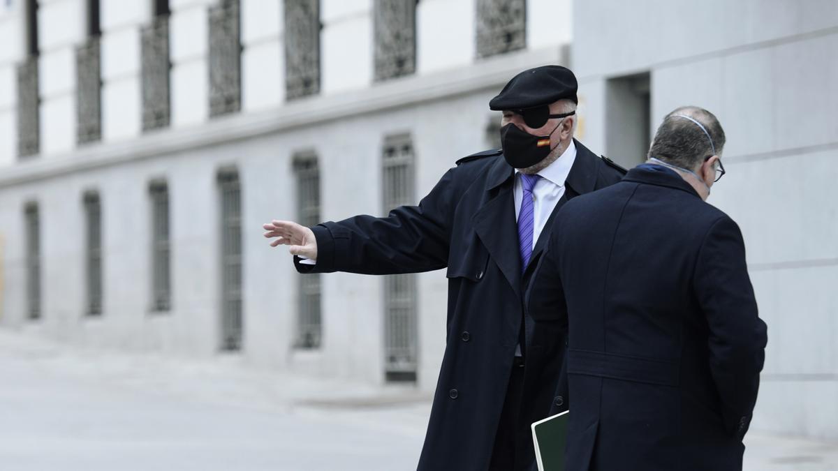 El excomisario Villarejo junto a su abogado frente a la Audiencia Nacional.