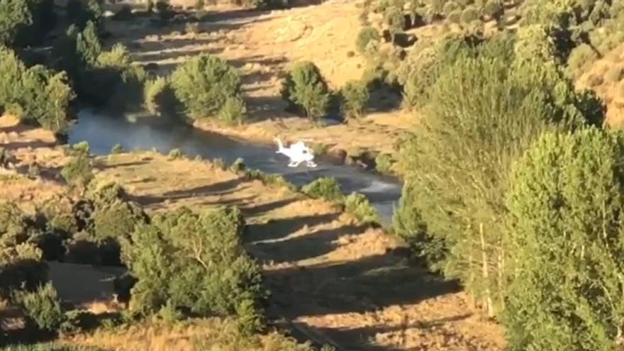 Fuego en Lober | Los helicópteros llenan sus bambis en el río Aliste