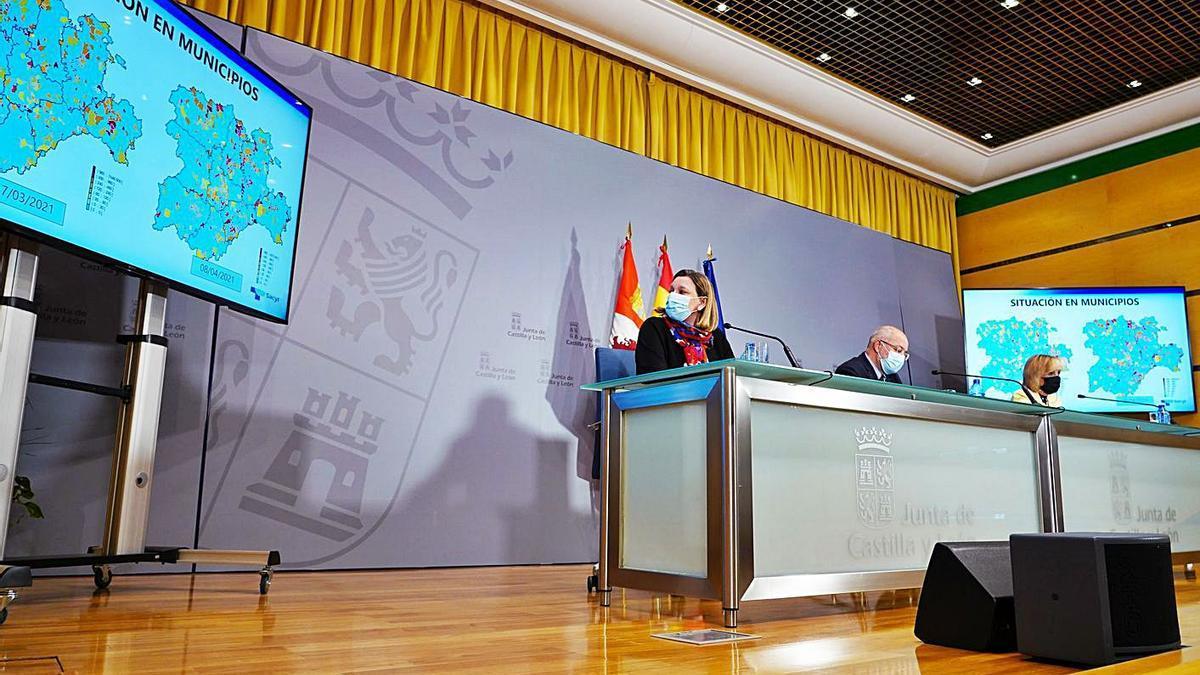 Desde la izquierda, la consejera de Familia, Isabel Blanco, el vicepresidente, Francisco Igea, y la consejera de Sanidad, Verónica Casado, durante la rueda de prensa de ayer. | Ical
