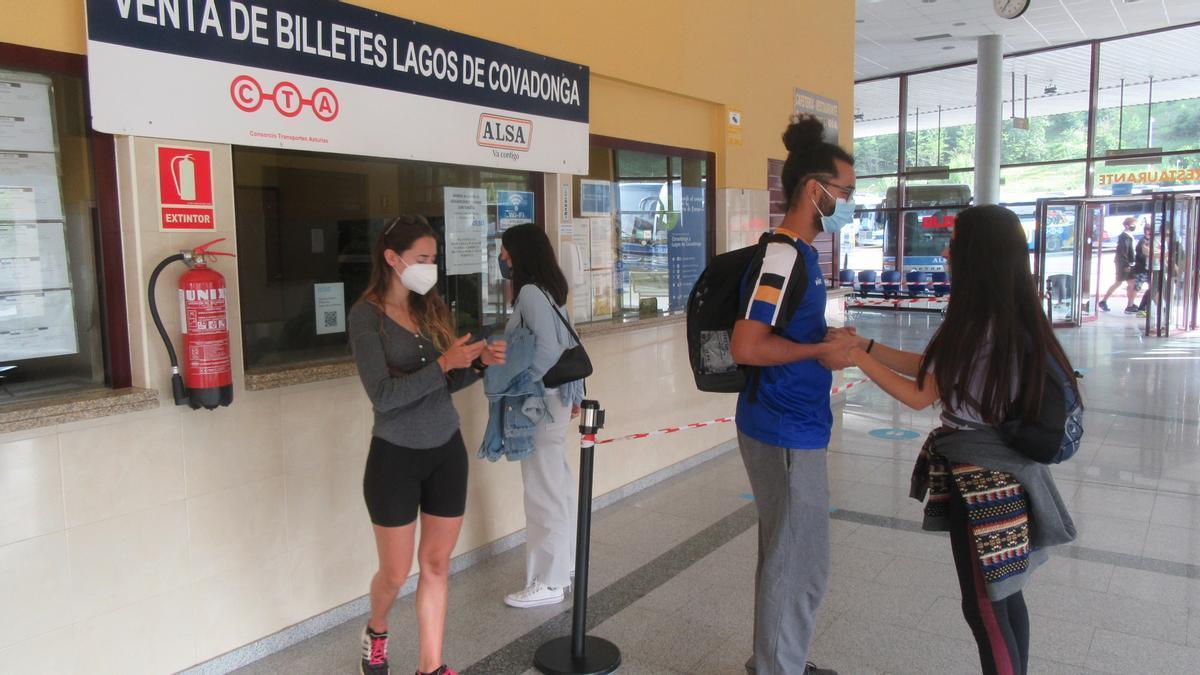 Turistas en la taquilla de venta de billetes