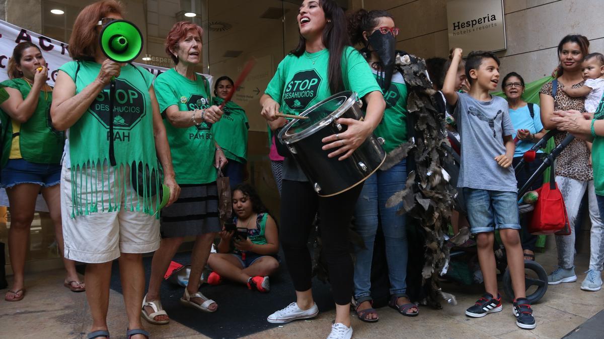 Un grup de concentrats en la protesta organitzada per la PAH, les Kelly's i Assemblea de Barris per un Turisme Sostenible