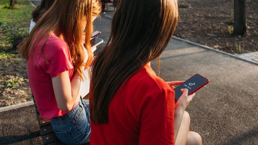 TikTok lanza nuevos recursos para proteger la salud mental de sus usuarios