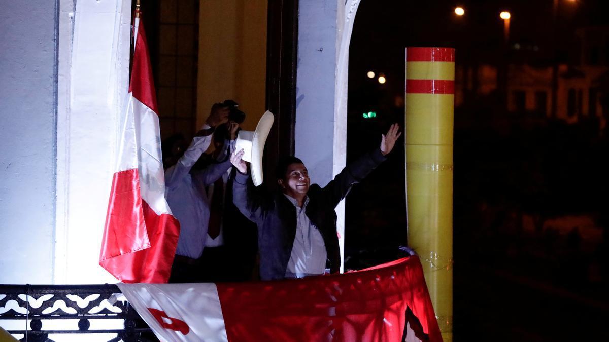 Pedro Castillo se dirige a sus seguidores en Lima.