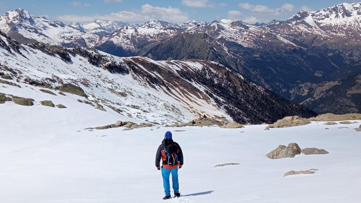 La mirada se aleja entre los picos del Sobrarbe, desde las Tres Soroes a Peña Suelza.