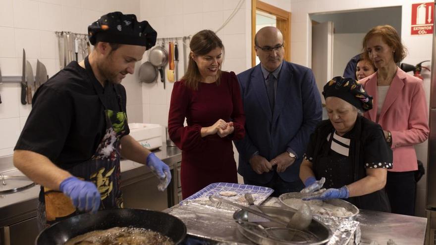 San Damián, Prada y Rubio observan a la cocinera de Nuestra Señora de La Concha de Zamora.