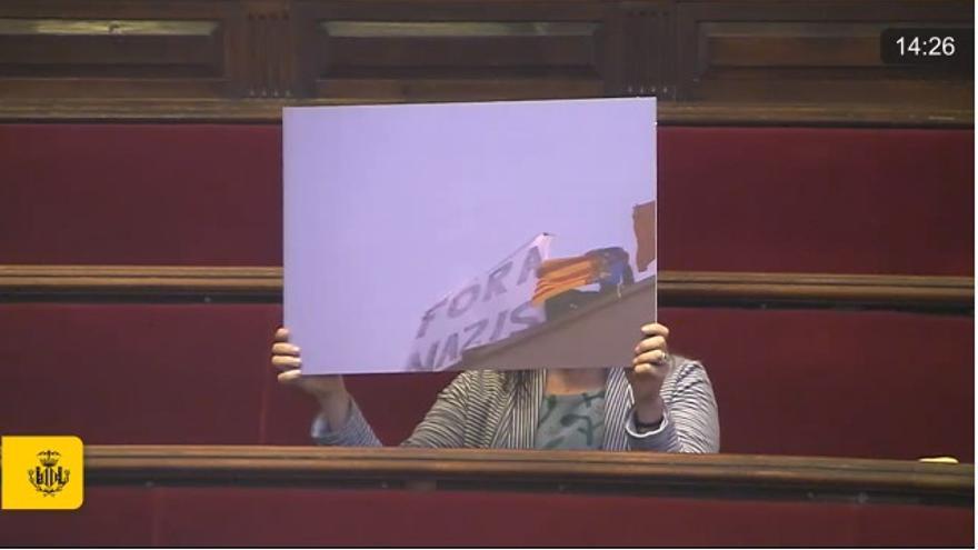 Los concejales de Compromís exhiben carteles contra el fascismo en el pleno del Ayuntamiento