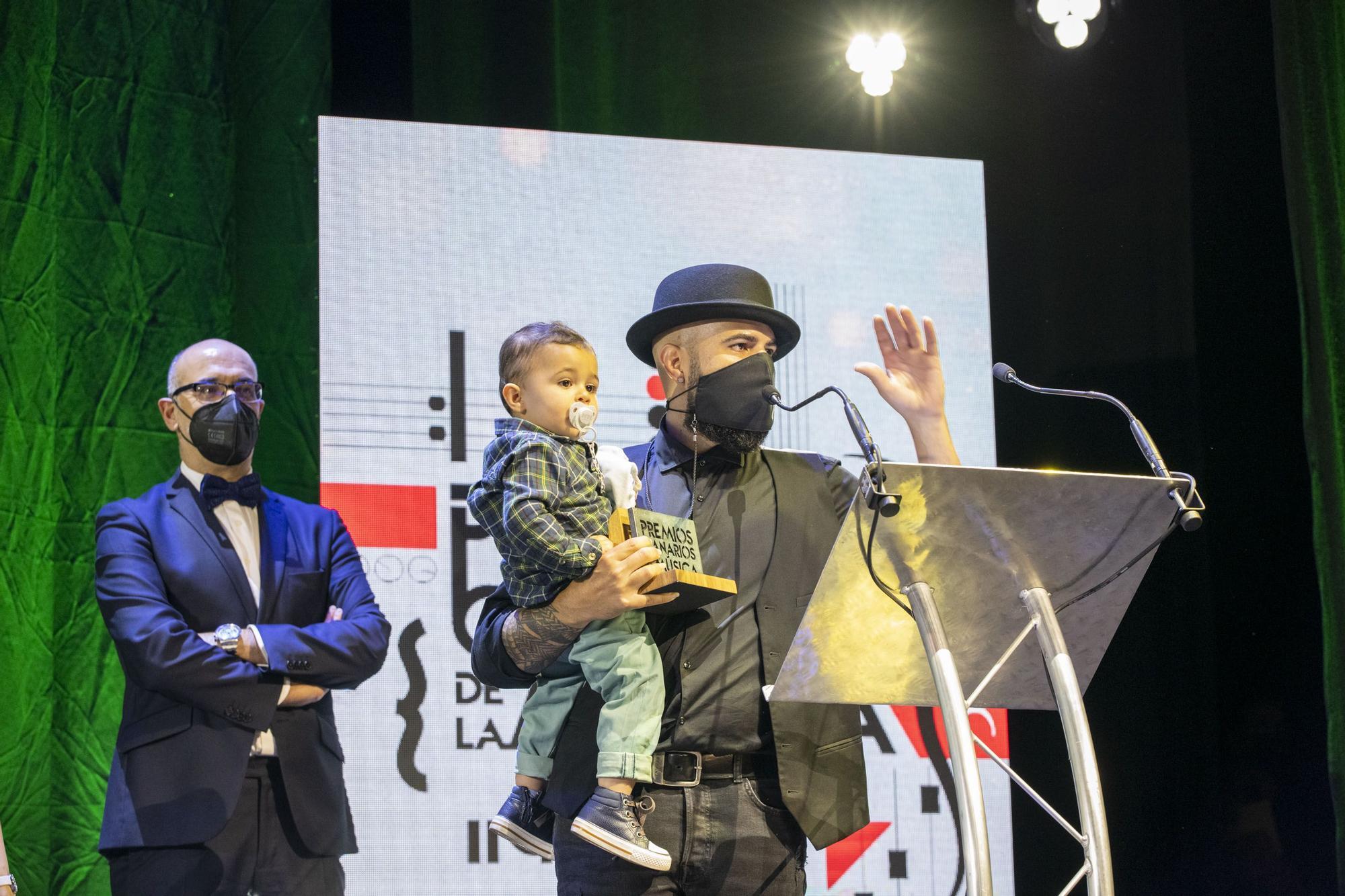 Althay Páez , recogiendo su premio al mejor disco de músicas de raiz.jpg