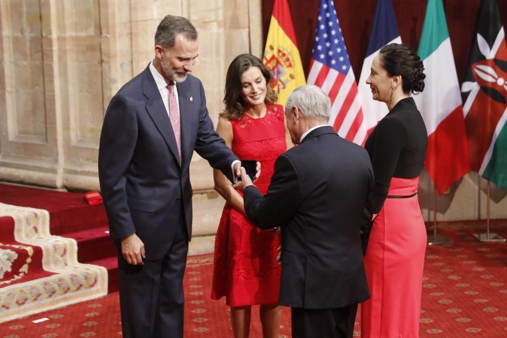 Los Reyes entregan las insignias a los galardonados.