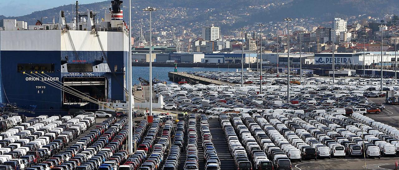 Vehículos de Stellantis-Vigo listos para su embarque en la terminal de transbordadores de Bouzas.  | MARTA G. BREA