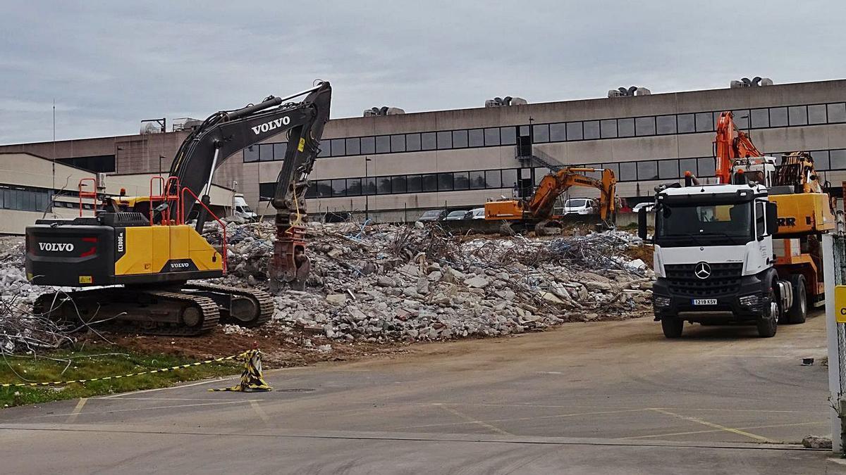 Obras de demolición de las instalaciones de Facet, que ahora son propiedad de Inditex.     // LA OPINIÓN