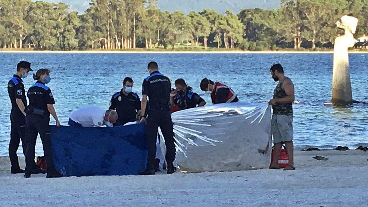 Enorme dispositivo que intentó salvar al hostelero ahogado en aguas de la playa de Peralto.