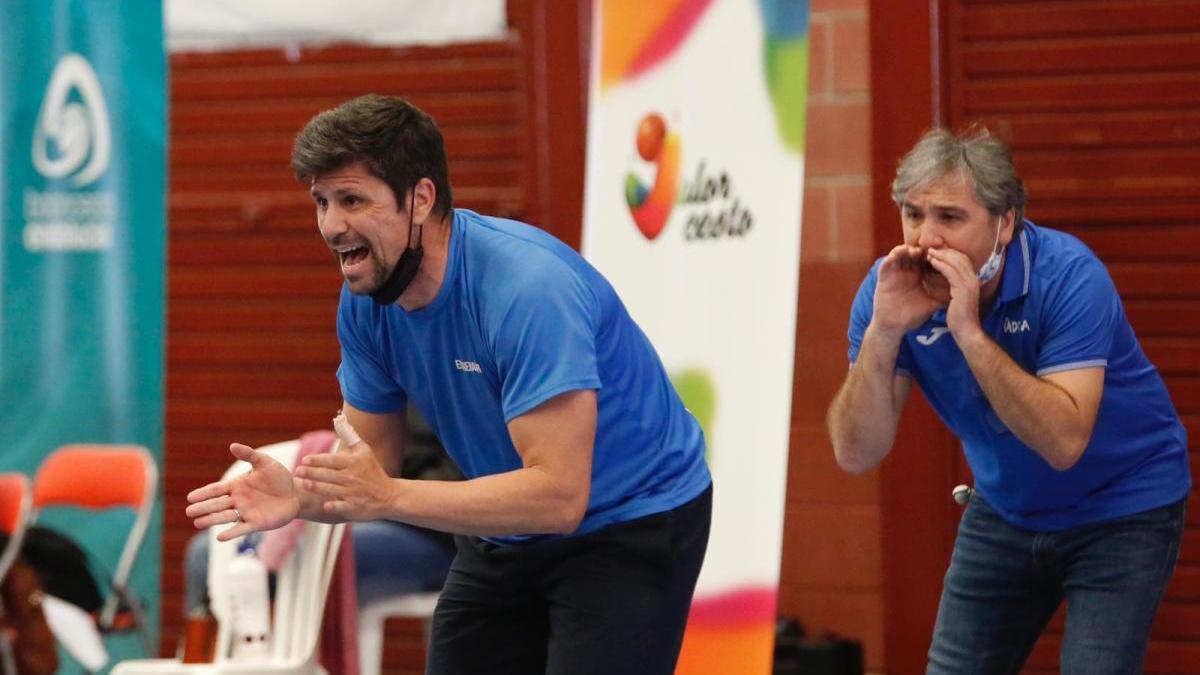 Moisés Jiménez anima a sus jugadoras en un partido de la pasada temporada.