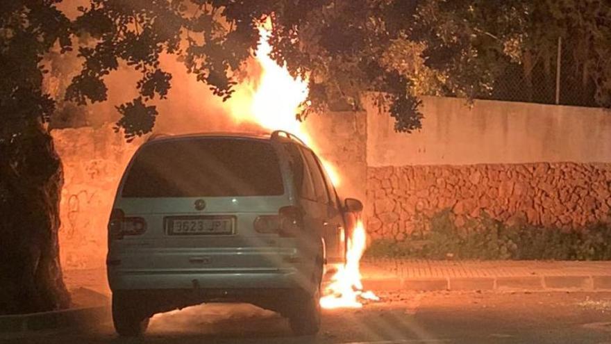 Prenden fuego a otro coche en la calle de Xàbia más castigada por el vandalismo