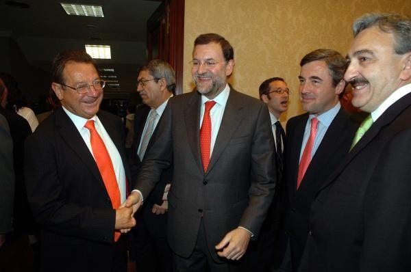 Mantilla es saludado por el presidente del partido Mariano Rajoy durante el acto de Imposición de la Gran Cruz de Honor de San Raimundo de Peñafort. // Alfaquil