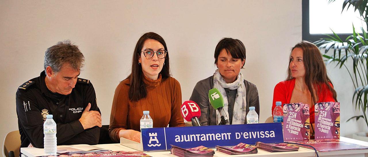 Claudia Cotaina, segunda por la izquierda, en un acto como concejala de Igualdad.