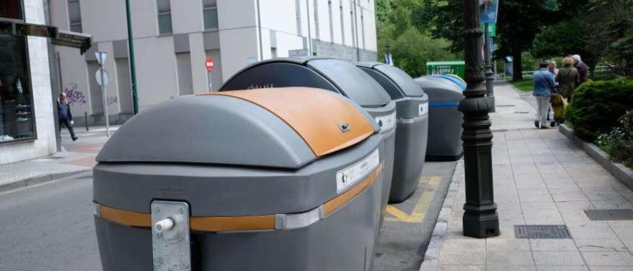 En primer término, el contenedor de residuos orgánicos ubicado en la calle Soto Torres de Sama.