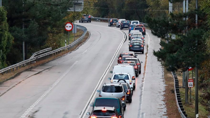 Una colisión frontal entre dos turismos obliga a cerrar un carril en la variante de Avilés