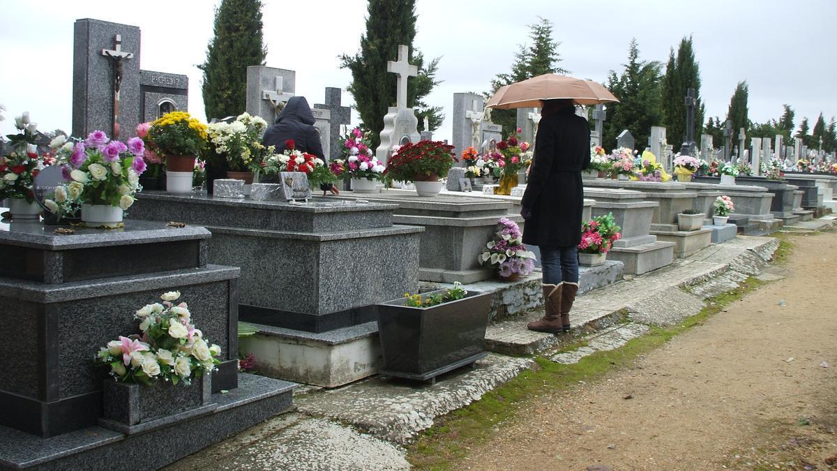 Vecinos de Toro recuerdan a sus familiares fallecidos en el cementerio