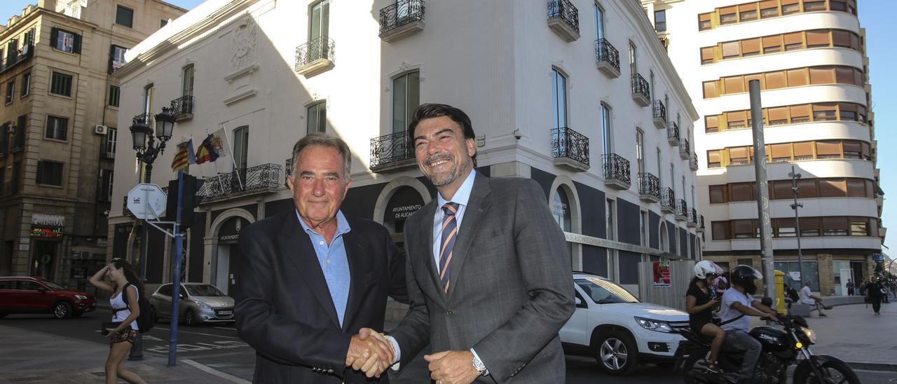 imagen de archivo del presidente de la Cámara y el alcalde de Alicante, con el antiguo Palas al fondo