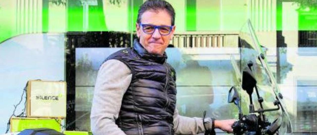 Carlos Sotelo, en Barcelona, sobre uno de sus escúteres eléctricos | Elisenda Pons