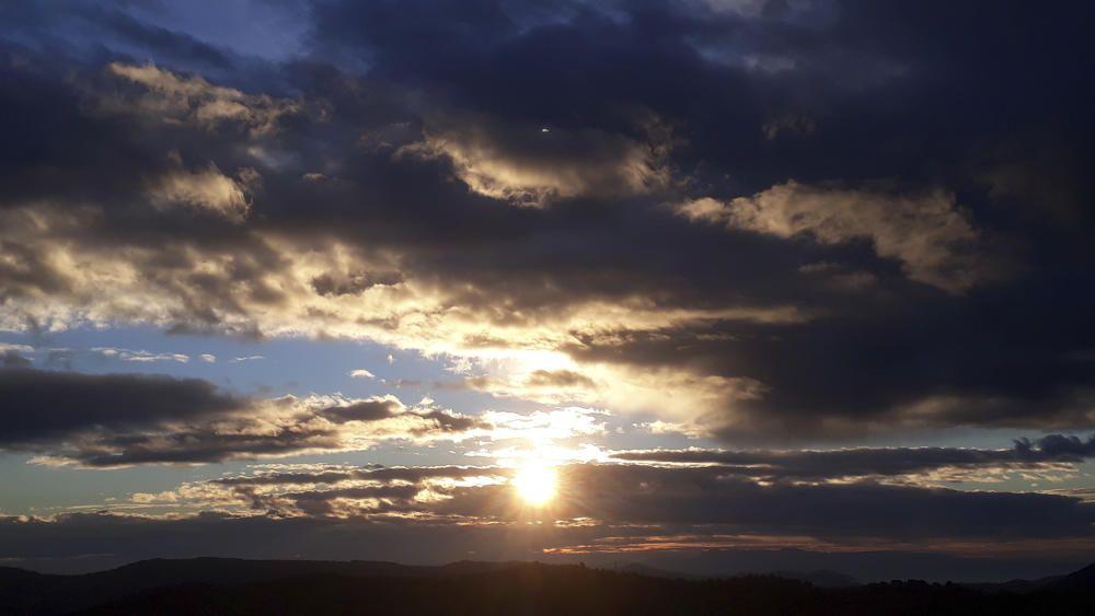Cardona. En aquesta imatge que ens ha fet arribar un dels nostres lectors es pot veure una matinada de nuvolades i clarianes. Algun núvol avorrit ha deixat caure quatre gotes contades a primera hora.
