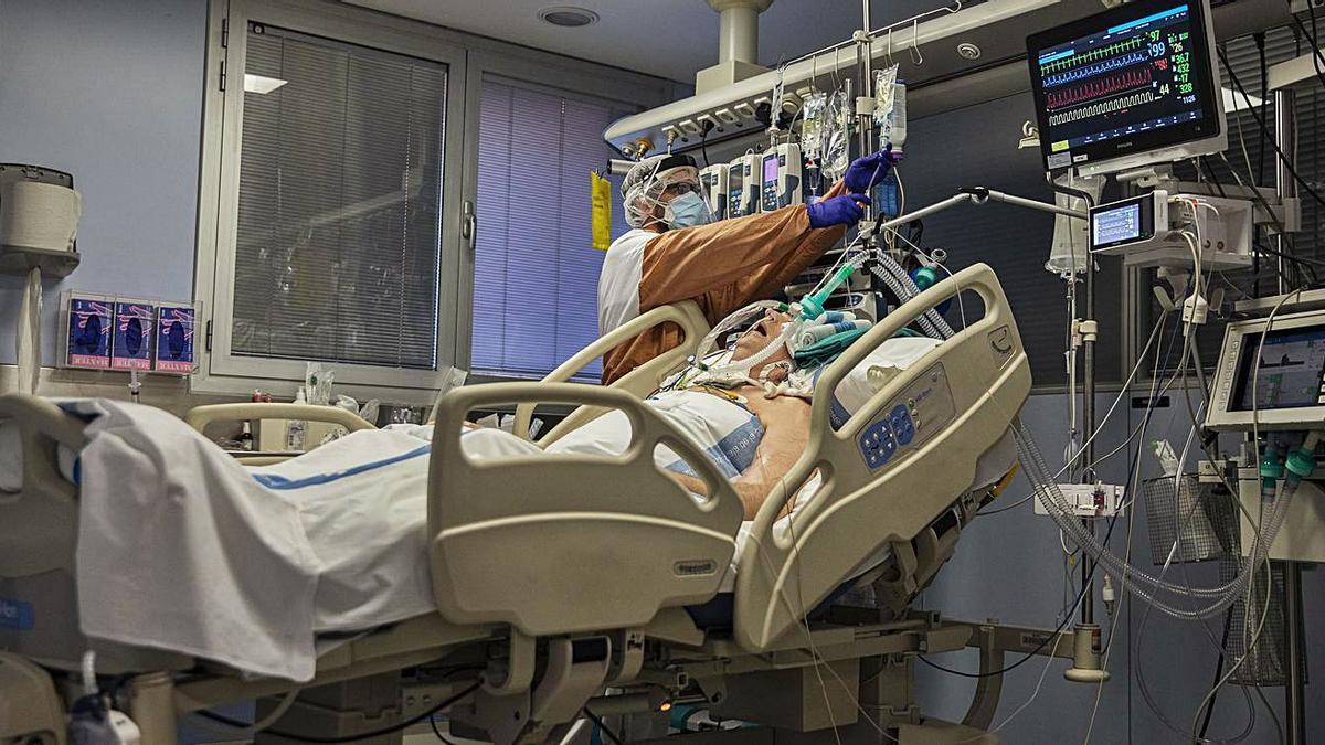 Un pacient a l'UCI de l'hospital Josep Trueta de Girona.   DAVID APARICIO