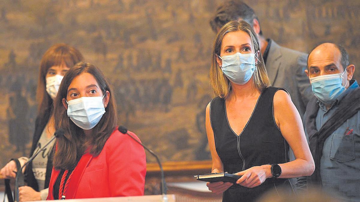 Inés Rey y Mónica Martínez en primer término, con Eva Acón al fondo detrás de la alcaldesa.   C. Pardellas