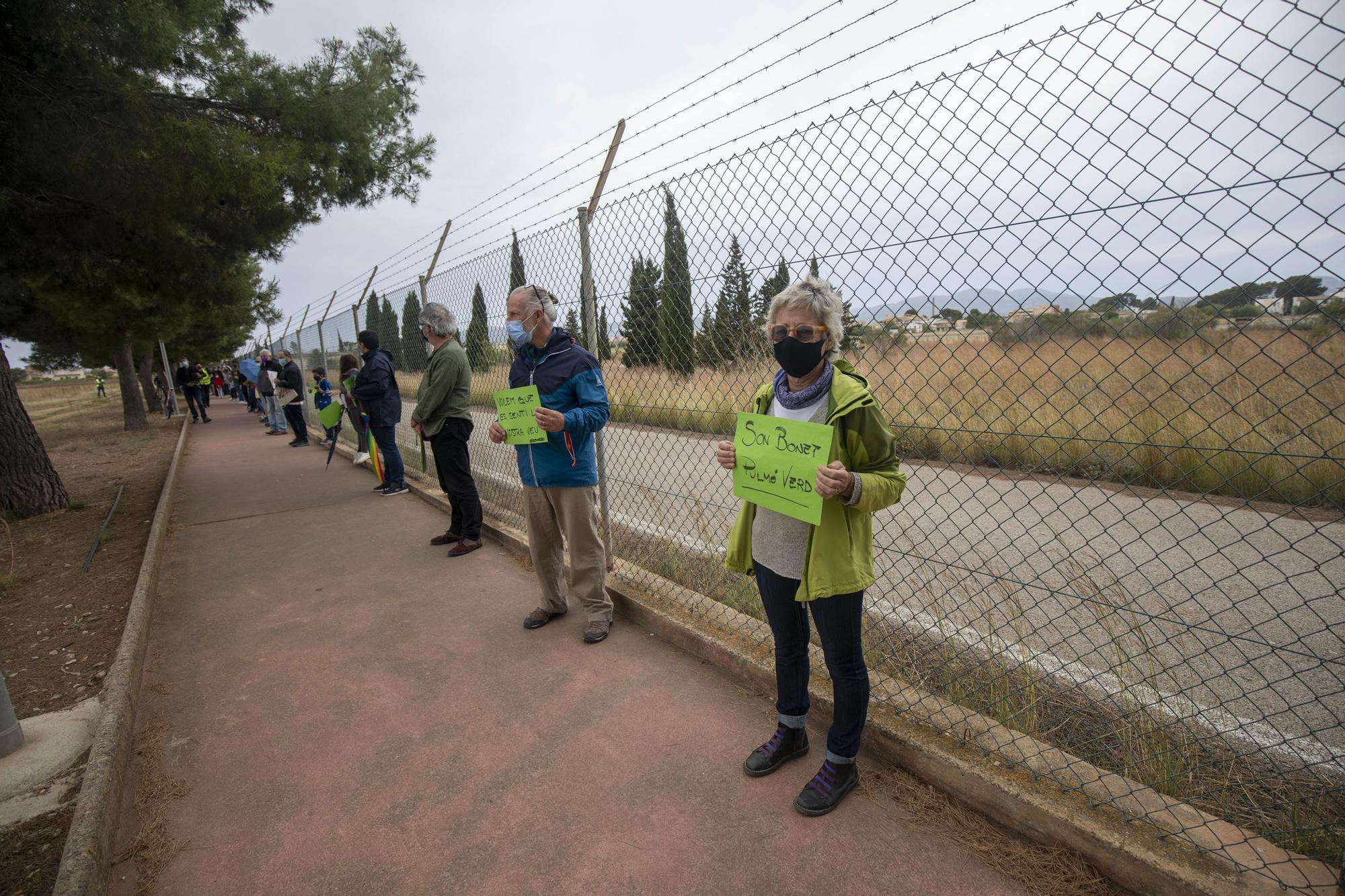 Cientos de personas participan en la cadena humana contra el parque fotovoltaico de Son Bonet