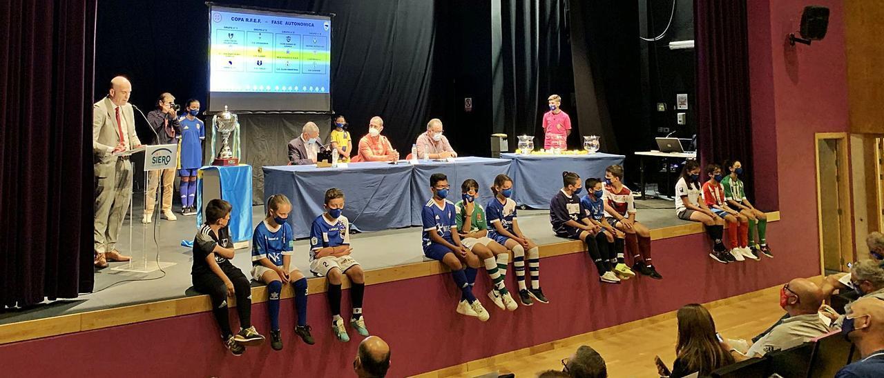 Presentación de la copa Real Federación Española de Fútbol de fase autonómica, ayer, en el teatro auditorio de Siero. | R. A. I.