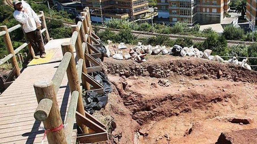 Los arqueólogos que excavan en el castillo de Gauzón han recuperado 100.000 piezas