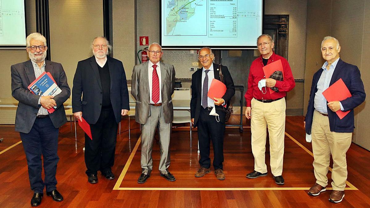 Integrantes de la plataforma, ayer: Bieto Ledo, Antón Pulido, Xosé Carlos Fernández, José Carlos Álvarez, Carlos Núñez y Avelino Muleiro.     // MARTA G. BREA