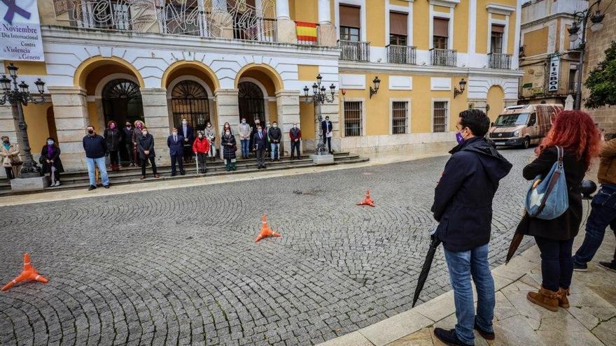 Polémica entre los concejales de Badajoz en el minuto de silencio del 25N