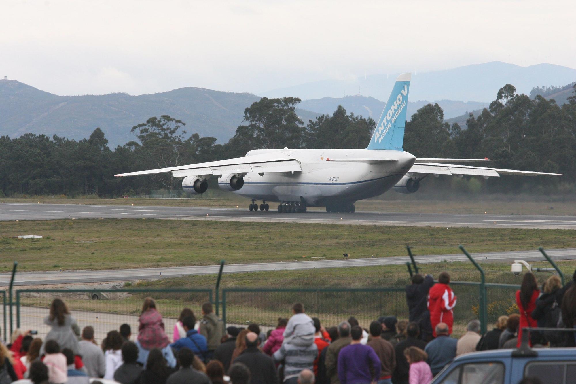 El carguero Antonov 124 operó varias veces en Peinador entre marzo y abril de 2011. // De Arcos