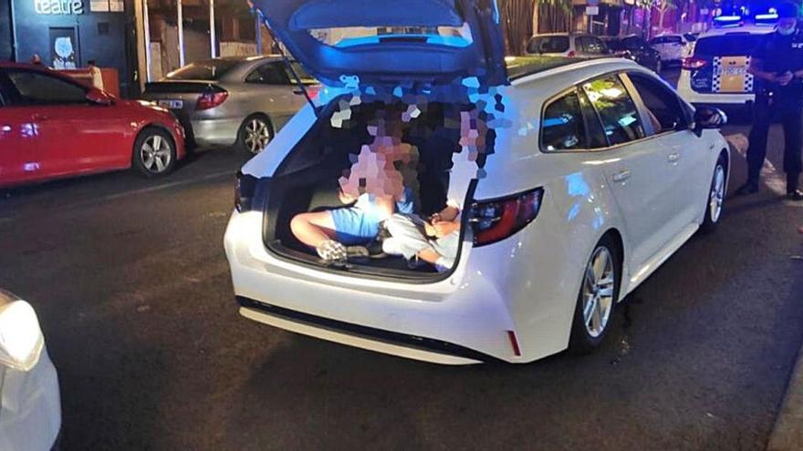Multa para un turista por llevar a dos amigos en el maletero cuando iban de fiesta