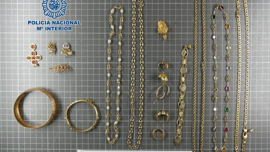 Detienen a una mujer por robar lotes de joyas de oro y piedras preciosas en Arrecife