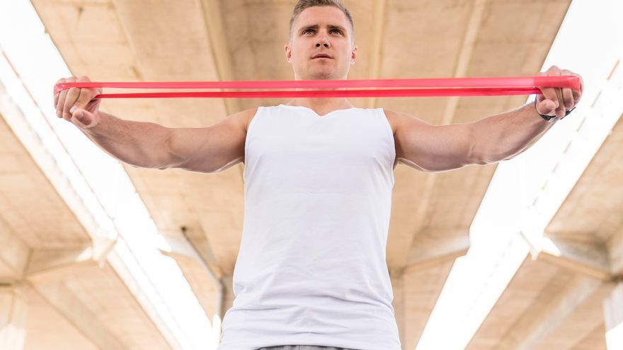Cinco ejercicios con bandas elásticas para tonificar fácilmente y en casa los músculos