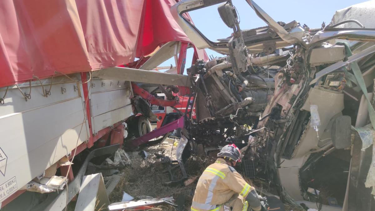 Una persona atrapada tras colisionar dos camiones en la A-30 en Murcia