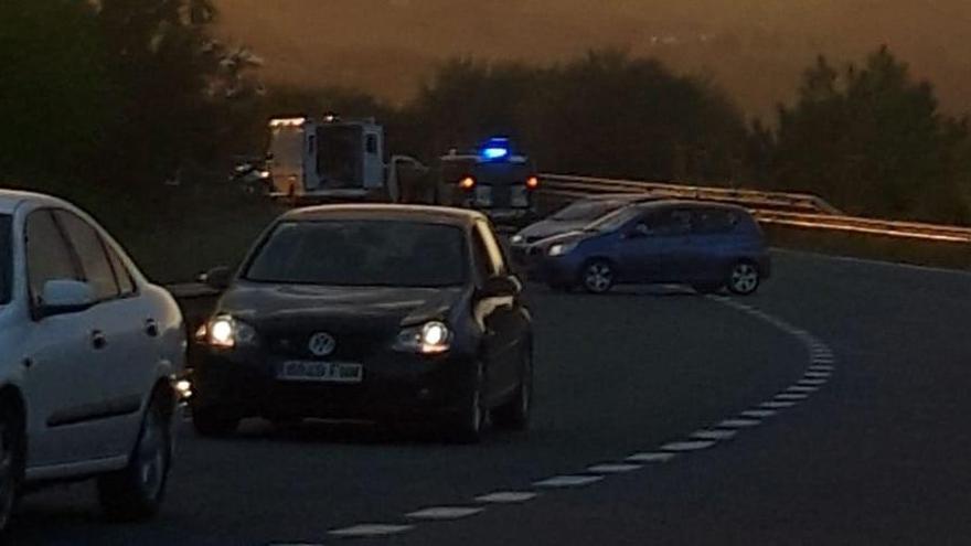 Los Bomberos excarcelan a un conductor atrapado en su vehículo tras un accidente múltiple en Carreño