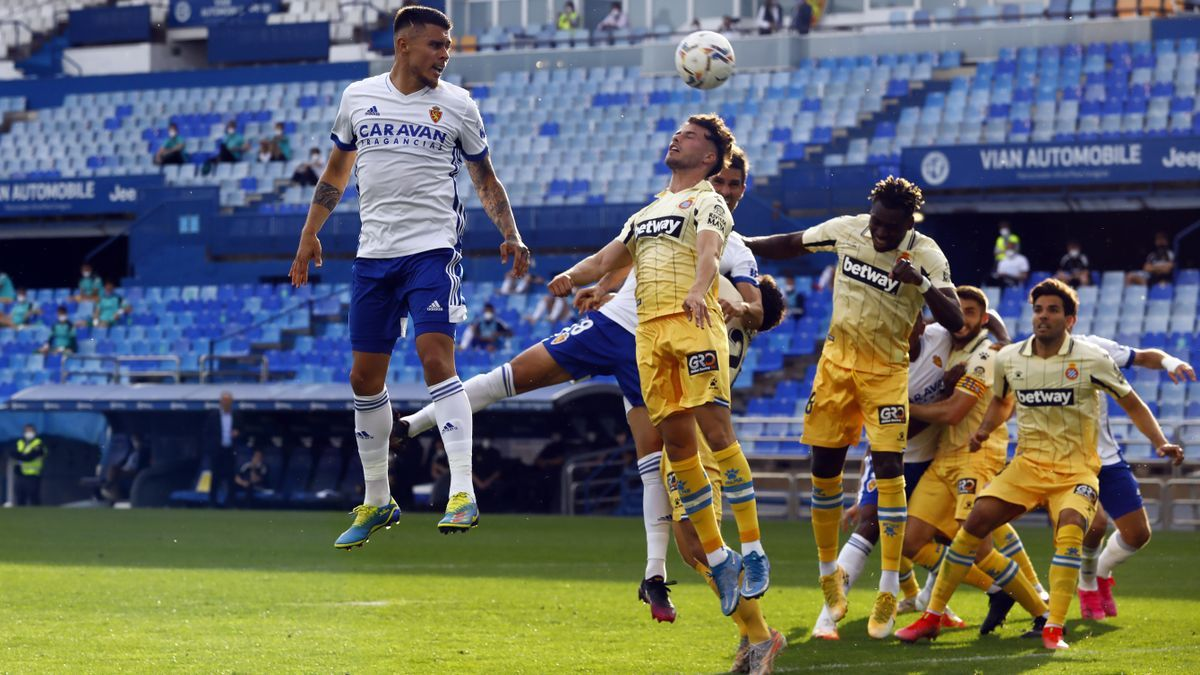 Narváez intenta cabecear un centro durante el partido ante el Espanyol.