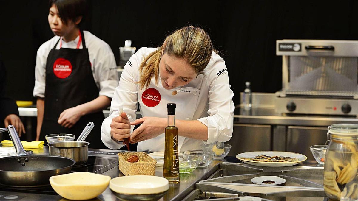 La chef Lucía Freitas cocina en la edición de 2019 del Fórum Gastronómico, en ExpoCoruña. |  // M. MIRAMONTES