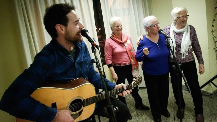 David Feito canta villancicos a los güelos